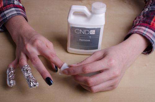 Чем нужно стирать лак с ногтей