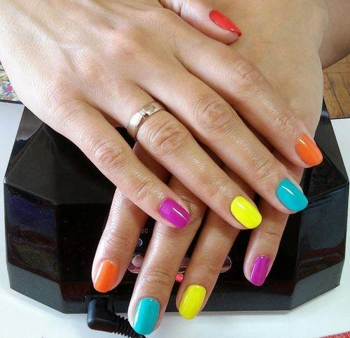 Разноцветный маникюр для летнего образа