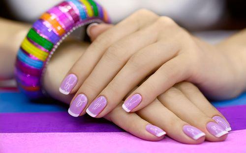 Фиолетовый лак на ногтях